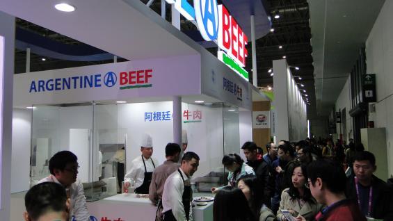 DEGUSTACIÓN. Argentina ofreció carne vacuna a los visitantes en la exposición realizada en Shanghai. (IPCVA)
