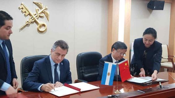 AUTORIDADES. Etchevehere y su par de China, firman el protocolo sanitario para exportar más carnes (Prensa Agroindustria)