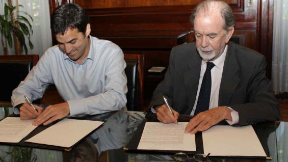 Ramón Lanús, titular de la Aabe y el presidente del BNA, Javier González Fraga, durante la firma del convenio.