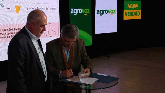 Grahovac firma el convenio y el presidente de la Bolsa de Cereales, Luis Macario, lo observa (Agrovoz)