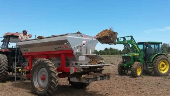 Carga de residuos pecuarios en una estercolera para luego ser esparcidos en un lote de producción agrícola (Inta Manfredi).