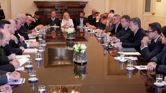 MACRI. El presidente, en el centro de la mesa, con los productores e industriales lácteos. (Presidencia)
