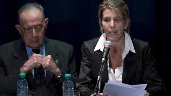 Osvaldo Raffo. El médico forense, junto a Sandra Arroyo Salgado, exesposa de Alberto Nisman, en conferencia de prensa el 5 de marzo de 2015. (AP)