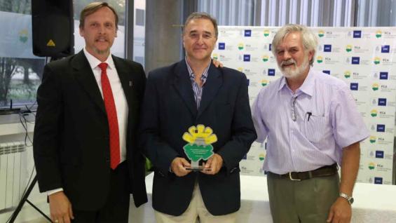 ESTATUILLA. Petroli, al centro, recibió el galardón de manos del decano Marcelo Conrero (izquierda) y el vice, Jorge Cosiansi (derecha). Foto: FCA-UNC