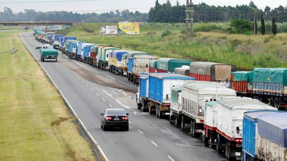 El flujo de camiones a las terminales de Rosario crece todos los años.