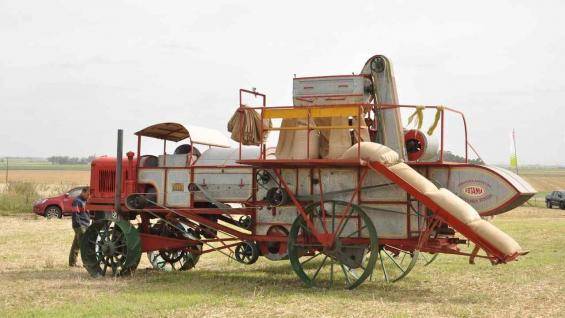 A nueva. En el año 2000, la empresa Claas restauró la primera cosechadora autopropulsada del mundo y la exhibe en Sunchales. (Foto Claas)