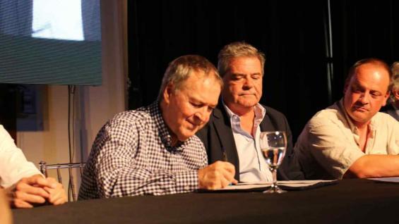 PRESENCIA. El gobernador Juan Schiaretti suscribió el acuerdo con los productores. (Casa de Gobierno)