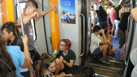Paseo. En el tren hay grupos de jóvenes, familias y trabajadores que se acomodan como pueden (Paulo Bizzarri/LaVoz)