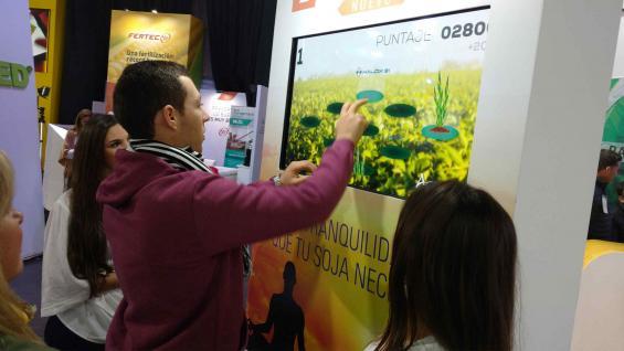 EN LA NUBE. Un asistente al Congreso de Aapresid, interactuando con una pantalla inteligente que ayuda a tomar decisiones agronómicas. (LA VOZ)