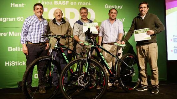 GANADORES. Federico Luhning y Carlos Becerra se llevaron dos bicicletas como premio por sus rindes. (Basf)