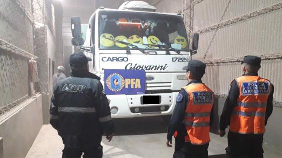 CONTROLES. El Gobierno impidió que siga circulando un camión con soja sin los papeles correspondientes. (Ministerio de Seguridad)