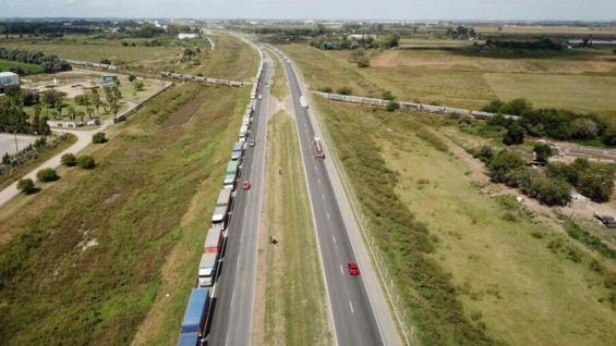 CAMIONES. Las colas son kilométricas en los accesos a los puertos del Gran Rosario. (Bolsa de Comercio de Rosario)