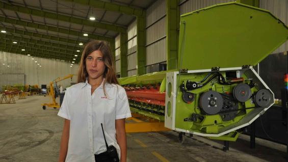 INGENIERA. Carolina, la joven que encabeza la producción de máquinas en una planta de Florentino Ameghino. (Prensa Claas)