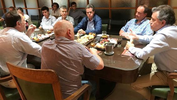ETCHEVEHERE. El secretario visitó la Rural de Río Cuarto y se reunió con dirigentes locales. (Prensa CRA)