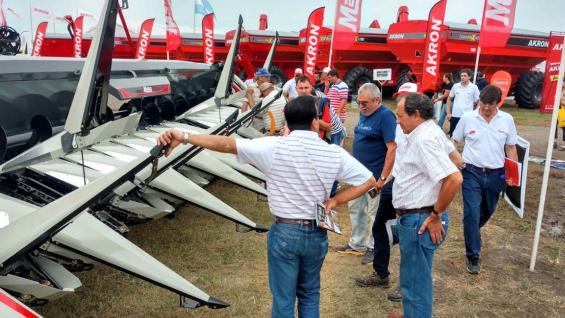 INTERÉS. Productores se acercaron a la muestra en San Nicolás en busca de opciones para la compra de maquinaria. (LA VOZ)
