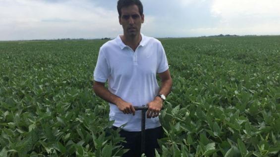 MANEJO. Máximo Costamagna haciendo los análisis de suelo para una correcta fertilización.