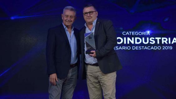 PREMIADOS. Daniel Giacosa, de La Piamontesa, recibió el premio de manos de Alberto Gaviglio, de Akron y ganador de esta categoría en 2018. (Facundo Luque)