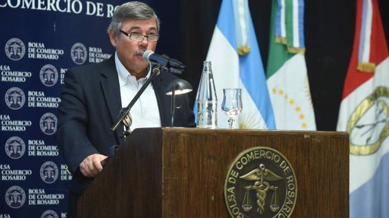 FUNCIONARIO. Jesús Silveyra, en el remate del primer lote de girasol. (Secretaría de Agroindustria)