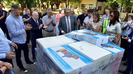 APLAUSOS. La carne se despachó el jueves por la tarde, en el aeropuerto Córdoba, con la participación de empresarios y funcionarios provinciales. (Javier Ferreyra / LA VOZ)