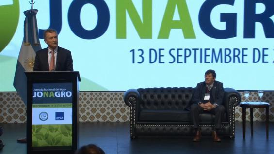 MACRI. El mandatario, ante la atenta mirada del presidente de CRA, Dardo Chiesa.