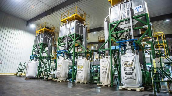 """GLOBAL. El 90 por ciento de la producción de maní de Córdoba se exporta con piel o """"blancheada"""" en bolsas de 1,25 toneladas que viajan en contenedores. (Gentileza Cámara del Maní)"""