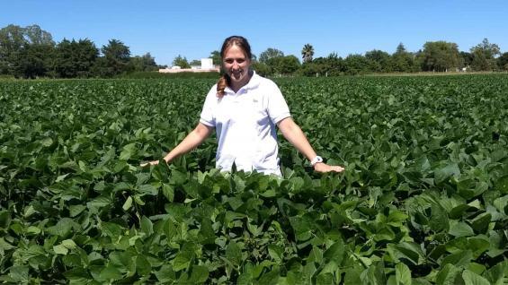 ESPECIALISTA. Melisa Defagot, coordinadora del Módulo Productivo Periurbano del Inta Marcos Juárez, en un lote de soja.