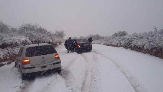 NIEVE. Autos varados en un camino en la zona de San Pedro Norte. (Gentileza Sociedad Rural de Jesús María)