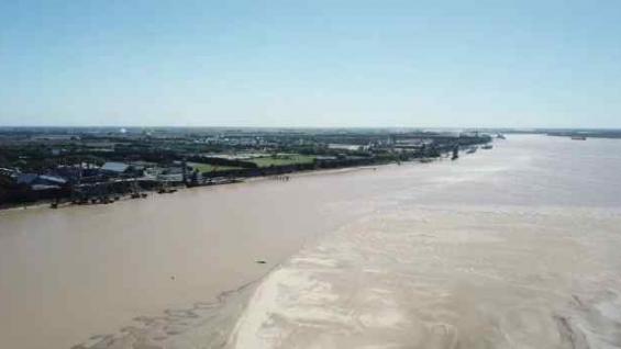 PAISAJE. A la derecha, el banco de arena; a la izquierda, las industrias agroexportadoras. (Gentileza BCR)