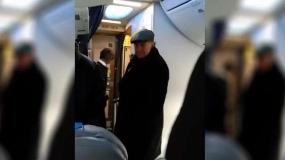 Increparon a Parrilli en un vuelo: