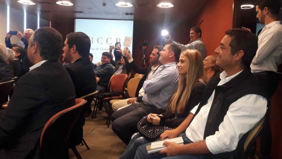 VENDIDO. El momento en que el representante de ACA Bio levanta el cartel y ofrece los 11.500 pesos por tonelada que fueron el precio máximo de la subasta. (Agrovoz)