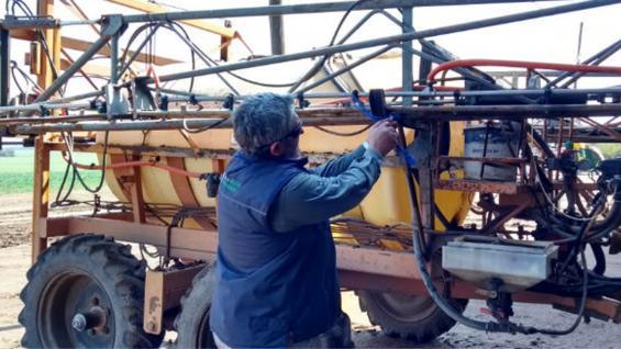 CLAUSURADA. Un inspectos del Ministerio de Agricultura aplicando un precinto a una pulverizadora. (Ministerio de Agricultura)
