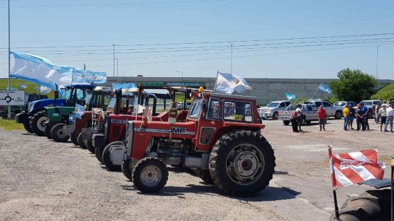 PROTESTA. Los tractores, a la vera de la ruta C45 en Altos Fierro. (Nicolás Bravo)