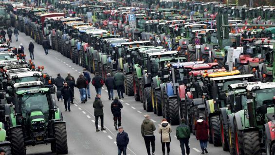 TRACTORAZO. Miles de productores protestan en Berlín. (AP)
