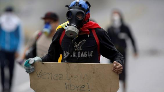 """MANIFESTANTE. Con un cartel que en español dice """"Libre Venezuela"""", durante una sentada contra el presidente Maduro, en Caracas, el lunes (AP/Fernando Llano)."""