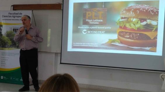 EXPERTO. Fernando Vilella, de la Fauba, disertó sobre las oportunidades y desafíos que este tipo de alimentos traen para la cadena cárnica argentina. (LA VOZ)