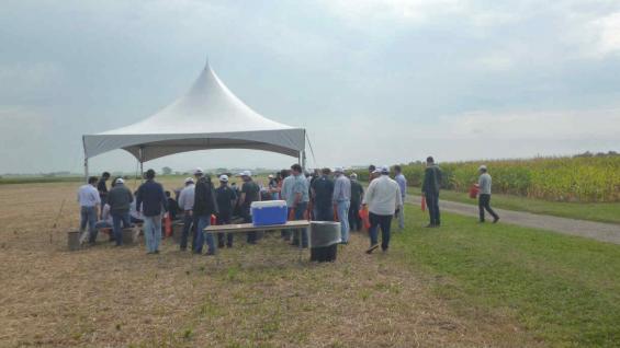 Como parte del viaje de la empresa John Deere, productores argentinos tuvieron un día de campo en la Universidad de Illinois. (La Voz)