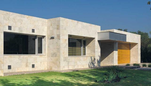 Travertino. Empleado en las fachadas e interior de esta vivienda (obra del arquitecto Gustavo Sorokin).