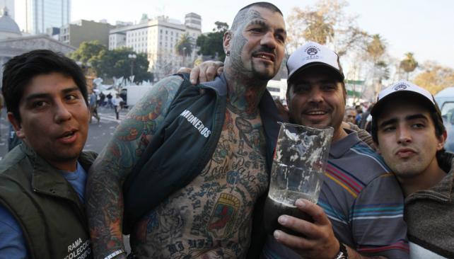 """Tatuado. El boxeador Gonzalo """"el Patón"""" Basile estuvo en la plaza (DyN)."""