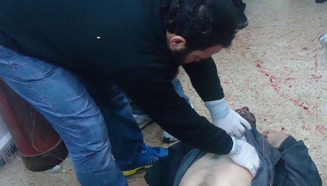 Sin tregua. La imagen, tomada anteayer en Baba Amro, muestra a un manifestante herido (AP).