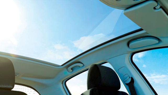 """Novedoso """"techo cielo"""", inédito en su segmento. Este cristal panorámico vuelve caluroso el habitáculo en determinados momentos del día (Gentileza Peugeot Argentina)."""