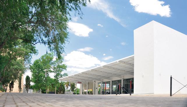 Dársenas al norte, con un techo metálico en voladizo con estructura metálica de almas llenas. Sólo transparencias separan el sector de la sala de espera (Jimena Sastre).