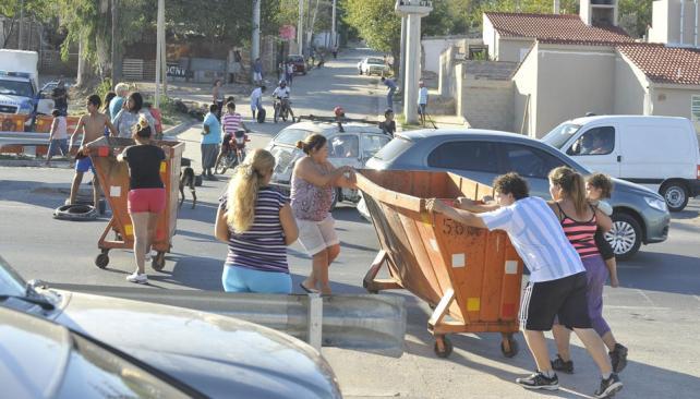 Corte. Los vecinos interrumpieron el paso vehicular en protesta por los siniestros viales (Antonio Carrizo / La Voz).