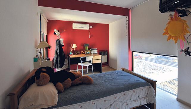 Luz y color en uno de los dormitorios, con amplios ventanales en diferentes orientaciones (Roger Berta).
