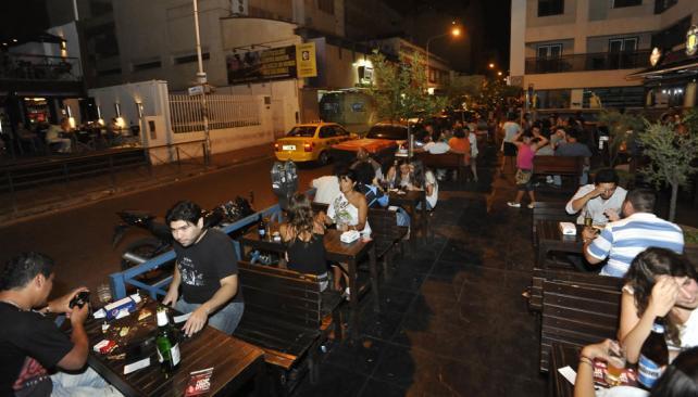 Rondeau al 100. De lunes a lunes, los jóvenes se reúnen en los bares de esta calle de Nueva Córdoba (Sergio Ortega/La Voz).