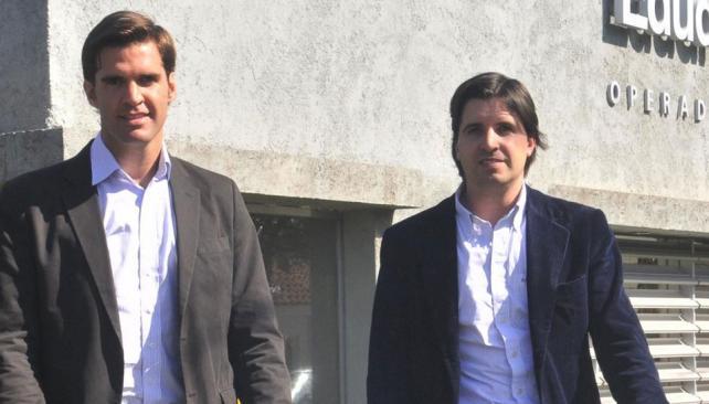 """Cartel de confianza. Javier (adelante) y Joaquín Malbrán en uno de los desarrollos que comercializan en la zona norte de la ciudad. """"En este momento hay que ser psicólogo y asesor financiero"""", dicen (Raimundo Viñuelas)."""