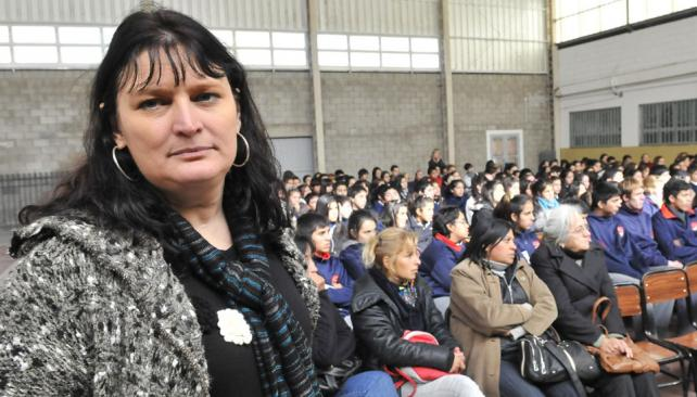 Alicia Peressutti. La escritora disertó y contestó preguntas en una escuela de Yocsina ante alumnos, padres y docentes (Ramiro Pereyra/LaVoz).