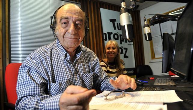 Frente al micrófono. Desde hace más de un cuarto de siglo, Américo Tatián hace su programa de radio (Sergio Cejas/LaVoz).