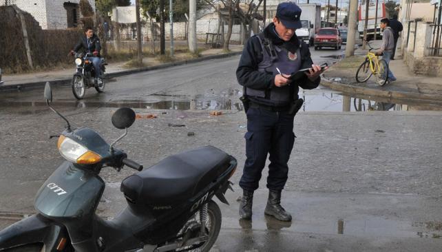 Villa El Libertador. Motociclista murió al chocar con un ómnibus (La Voz / Raimundo Viñuelas).