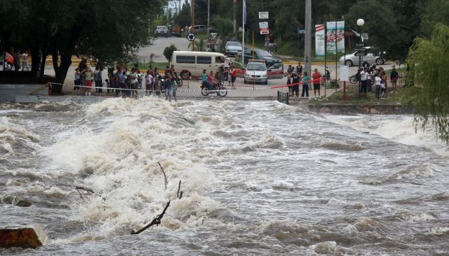 Playas de oro. El popular balneario de Carlos Paz fue punto de encuentro también de los turistas, que se acercaron a admirar, con cautela, la fuerza de la naturaleza. Fue el río que más creció (La Voz).