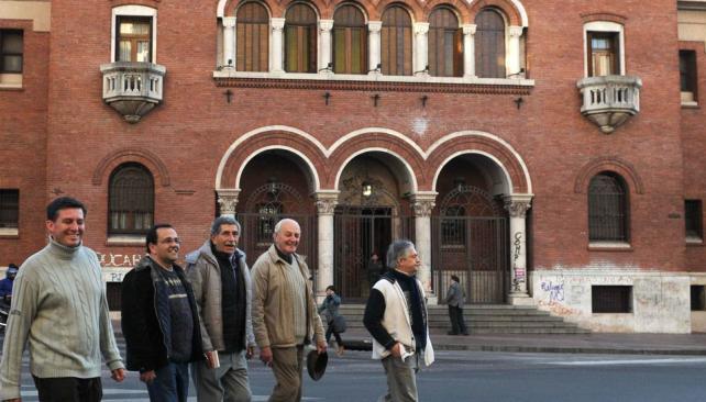 Alessio (primero de la derecha) y otros curas que apoyaron su denuncia (Facundo Luque / Archivo).